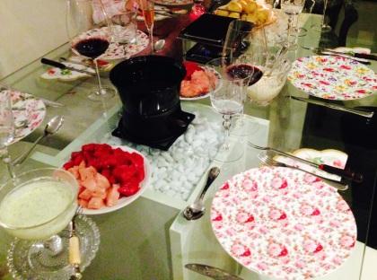 mesa fondue com molhos